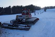 Sjezdovka Brloh Rohy, o kterou pečuje místní ski klub.