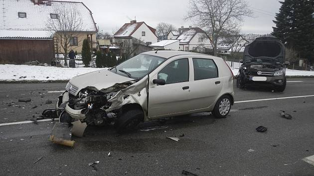 Nehoda na křižovatce k Velešínu Nádraží.
