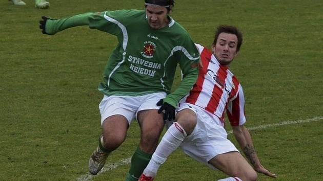 Derby bylo nejen tečkou za podzimní polovinou sezony, ale pro krumlovského Lukáše Vacka (vlevo, na snímku v souboji s píseckým Lubošem Kuncem) i rozlučkou se zelenobílým dresem.