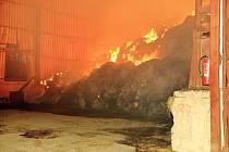 U požáru v Malontech zasahovalo osm hasičských sborů. Obsah haly hoří řízeně.