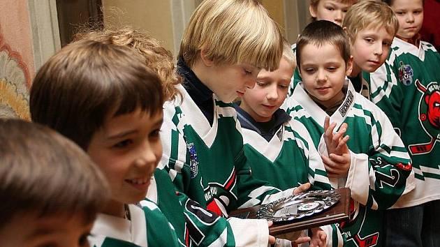 Malí hokejisté měli z pamětní plakety velkou radost.