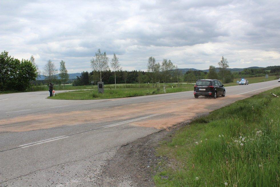 Pohled na jedno z havarovaných aut po tragickém střetu na hlavním tahu k hranicím před Dolním Dvořištěm.