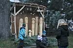 Desítky betlémů zdobí okna a výlohy na horním náměstí v Velešíně.