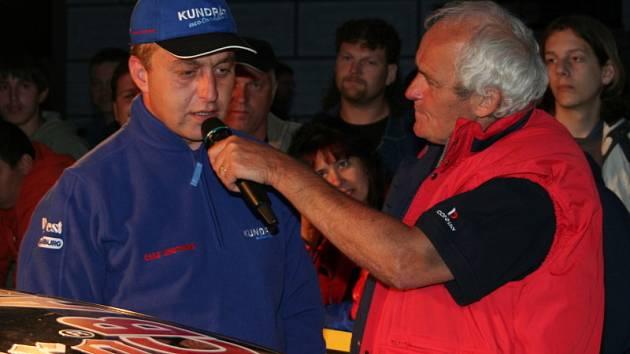 Jedním z domácích želízek i letos bude hornoplánský pilot Pavel Kundrát (vlevo, v rozhovoru s motoristickým novinářem Vladimírem Dolejšem). Atmosféru rallye mohou příznivci rychlých aut zblízka nasát ve čtvrtek od 19 hodin v pivovaru Eggenberg.