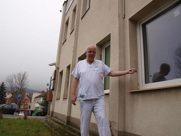 Místo ve vrátnici českokrumlovské nemocnice, kde bude babybox od 8. března sloužit veřejnosti, ukazuje místopředseda představenstva nemocnice Jindřich Florián.