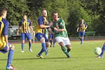 Ve druhé půli na hrot posunutý Václav Beránek (v zeleném, v této chvíli atakovaný doubraveckým Michalem Kubicem) v 57. minutě první trefou v sezoně vyrovnal na 2:2 a stále poutal pozornost obrany Západočechů.