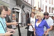 Natáčení nového pořadu ČT 1 Můžeme k vám se odehrávalo i v ulicích Českého Krumlova.