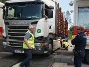 Kontrola kamionů nedaleko hraničního přechodu v Dolním Dvořišti.