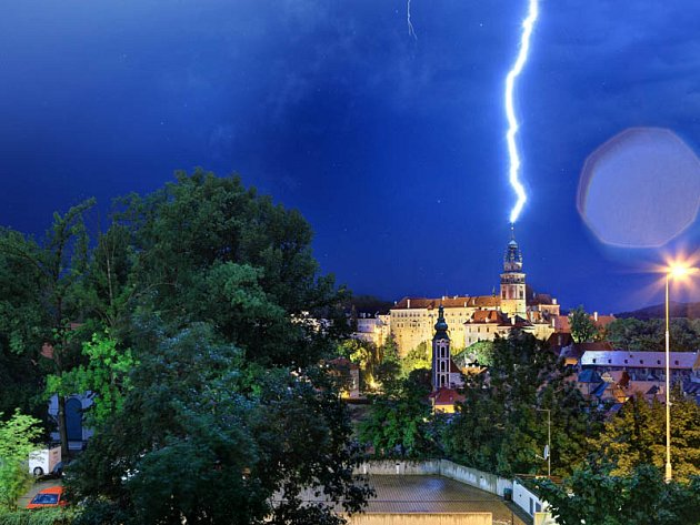 Blesk zasáhl českokrumlovskou zámeckou věž v neděli večer.