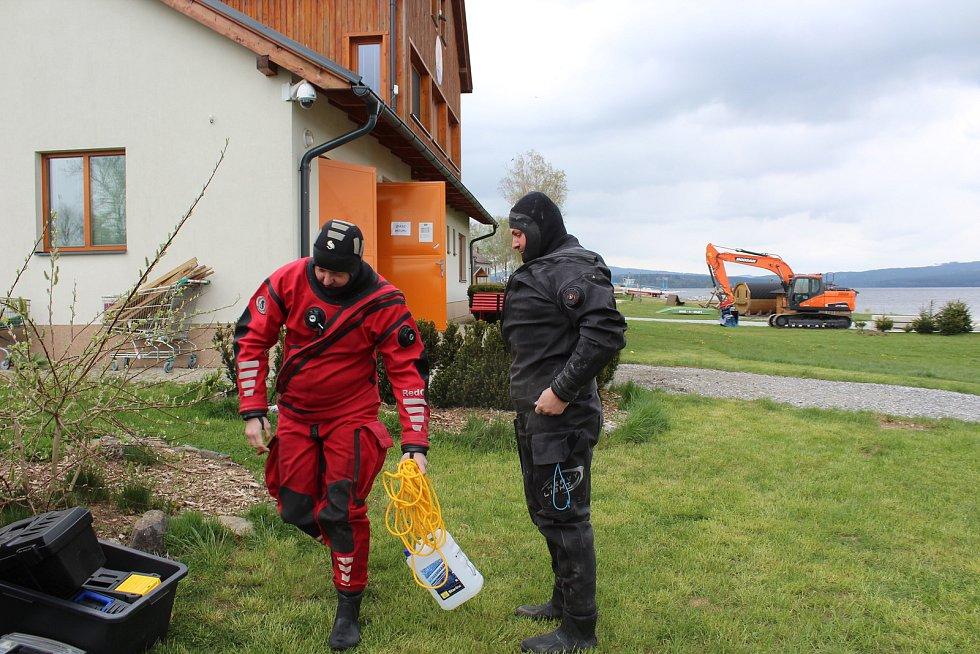 Krumlovští vodní záchranáři ve spolupráci s hasiči z Černé v Pošumaví připravují dráhu pro ponor. Na snímku potápěči Tomáš Dvořák (vlevo) a Jiří Urban.