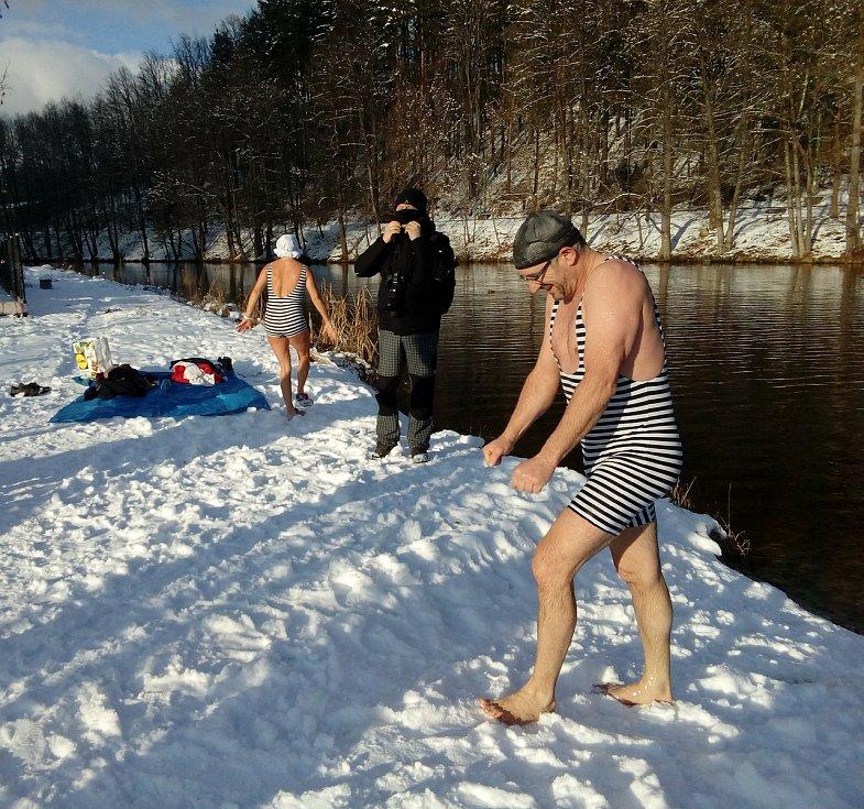 Parta vyšebrodských otužilců se chrabře pravidelně noří do studené Vltavy.