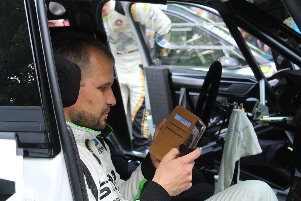 Sedmačtyřicátý ročník Rallye Český Krumlov byl v pátek odpoledne zahájen v Jelence.