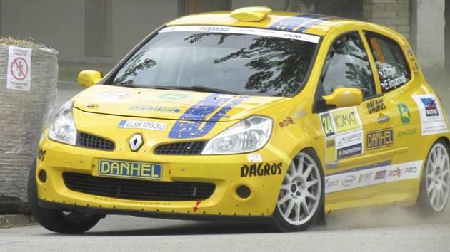 Sedmnáctou příčku v absolutním pořadí a páté místo ve třídě 5 vybojovali Jiří a Eva Trojanovi s vozem Renault Clio R3 (na snímku z výstaviště) v barvách týmu ČK Motorsport.