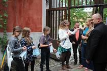Diváci při slunovratovém koncertě Čechomoru zaplnili druhé nádvoří českokrumlovského zámku.
