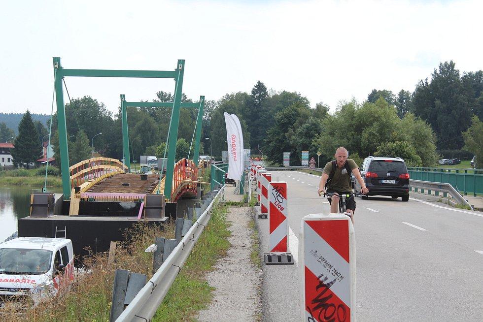 Cyklostezka lemující hráz mezi Černou v Pošumaví a Hůrkou.