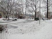 V Českém Krumlově leží něco přes deset centimetrů sněhu, průtah městem je prohrnutý a posolený.