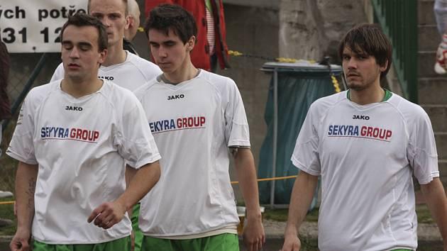 Podruhé v řadě nedokázali fotbalisté krumlovského Slavoje (zleva Zatloukal, Kroupa, Novák a Vacek) doma vstřelit branku.