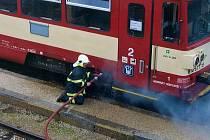 Při požáru osobního vlaku na hořickém nádraží zasáhli dobrovolní hasiči včas.