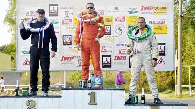 Benešovský jezdec Karel Václavík (vlevo) při vyhlášení třídy Super Touring Cars +2000 na třetím podniku letošního Mezinárodního mistrovství České republiky v Sedlčanech.