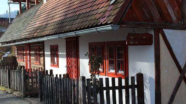 Zlatá ulička ve Větřní. Dva domky inspirované slavnou pražskou uličkou ve Větřní postavil Josef Gabaj.