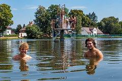 Holubovský rybník by brzy mohl mít vlastní pláž, chce ji tam navézt obec. Richard Vaculík (vpravo) a Vladimír Srnský, brigádníci  z Dívčího kamene, se v něm koupou pravidelně.