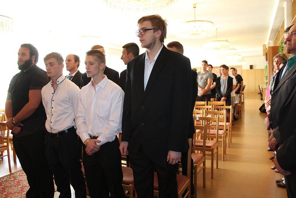 Slavnostní předání výučních listů absolventům kaplického učiliště.