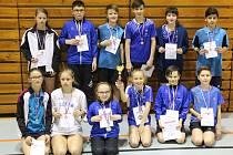 Členové všech tří žákovských družstev krumlovského oddílu SK Badminton, včetně nejmladších hráčů stříbrného béčka.