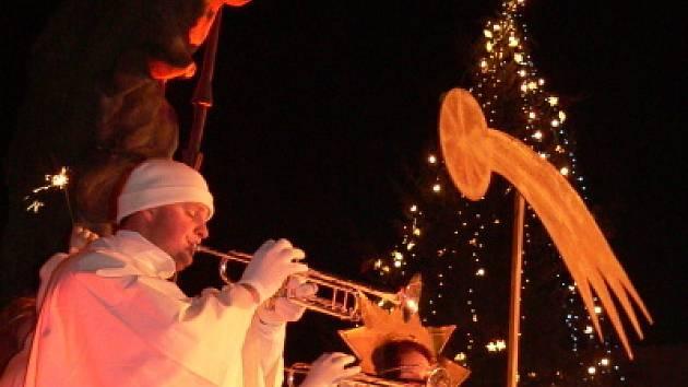 Letošní advent vyvrcholil o zlaté neděli opět živým betlémem.