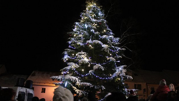 Obří andělé s obřími sáněmi rozsvítili strom ve Velešíně