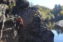 Hasiči z lezeckých skupin českokrumlovského a jindřichohradeckého záchranného sboru si prošli a prozkoumali trasu nové ferraty v Českém Krumlově.
