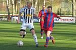 Fotbalisté kaplického béčka (v bílém), kteří jsou v čele okresního přeboru, porazili Holubov až na penalty.