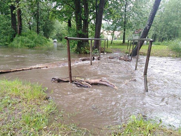 Rozlitá Polečnice zaplavila mostek vKladenském Rovném na Českokrumlovsku.