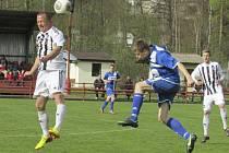 Přestože útočník Lukáš Pulec (vlevo u míče, na snímku z derby s Velešínem) odehrál na jaře pouze čtyři zápasy, tak se za devět branek a čtrnáct gólových asistencí stal nejproduktivnějším hráčem áčka Spartaku v sezoně 2013/14.