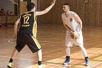 Jakub Šulek (u míče, na snímku z utkání s Pískem) nastoupil proti Pelhřimovu na postu rozehrávače a vedl si velmi dobře, když kromě organizace hry se prosadil i střelecky.
