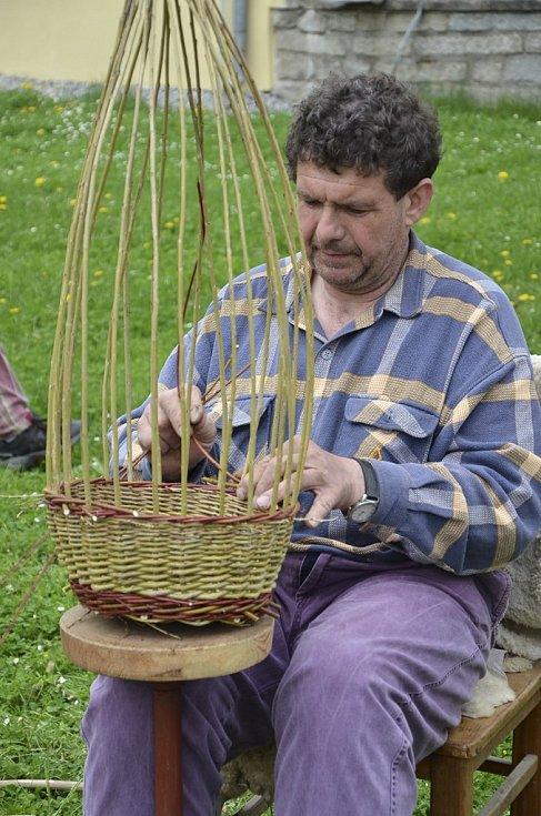 Soukromý zemědělec Pavel Rouha z Velešína ukazoval pletení košíků.