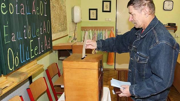 Prvním voličem v Zubčicích byl Josef Barták, který do volební místnosti vstoupil ve 14 hodin a pět vteřin.
