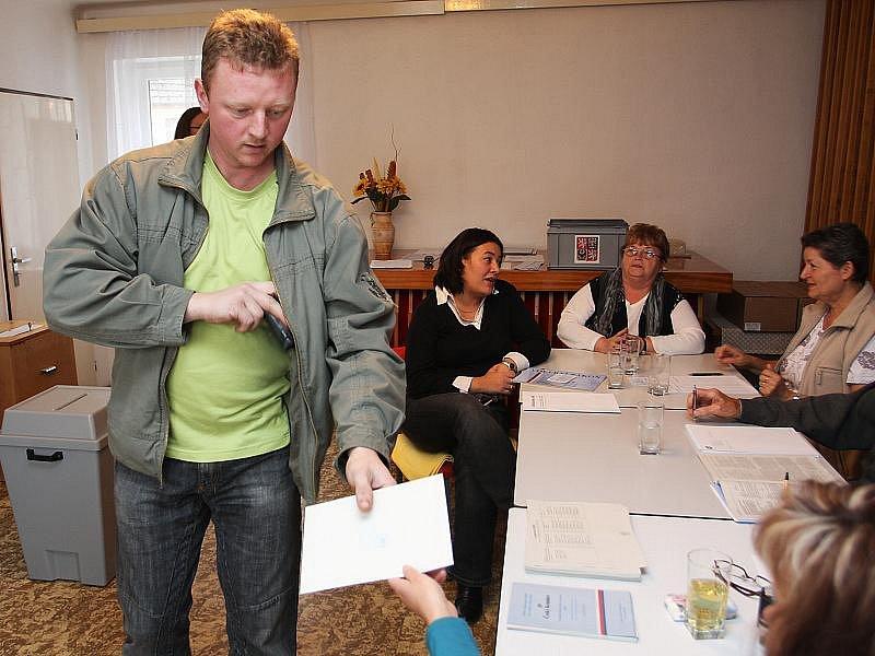Volební místnost v Netřebicích.