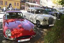 Přehlídka nablýskaných autoveteránů rakouského klubu na frymburském náměstí.