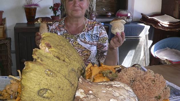 Milena Slovíková se svým houbařským úlovkem.
