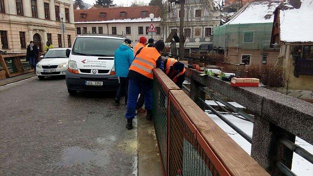 Instalace zábran na Benešův most v Krumlově
