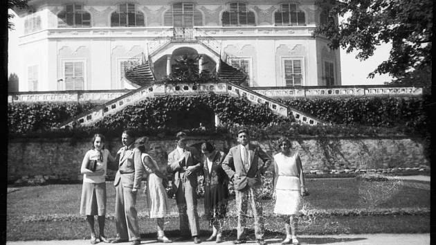 Léto roku 1932 v zámeckém parku u Bellárie.
