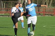 Kaplické fotbalistky (vlevo Eliška Kováříková v tvrdém souboji o míč se Štěpánkou Novou) zlomily v deseti dohrávající Blatnou až gólem z 88. minuty utkání.