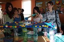 Žáci i další zájemci mohli obdivovat například roztodivné výrobky z PET lahví, jako třeba minigolf (na snímku).
