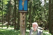 evírník Josef Burda na jednom z nejznámějších míst ve svém revíru, u Modrého obrazu pod Kletí.