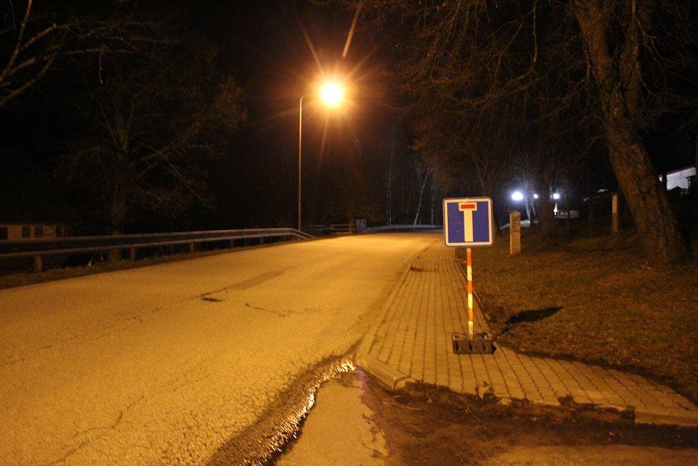 Už v obci Studánky je cedule Slepá ulice. Přes studánecký přechod se hranice přejet nedá.