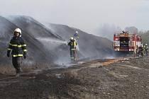 Stoh rašeliny ve Světlíku naštěstí hořel jenom při povrchu, do hloubky se oheň se díky hasičům nedostal.
