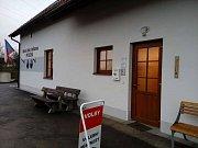 Volební místnost v Přísečné, kde očekávají vysokou volební účast.