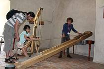 Na hradě Rožmberk si návštěvníci mohli vyzkoušet, jak si stavebníci snažili práci usnadnit.
