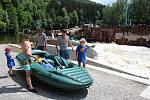 Pod Barevnou skálou se Vltava valí jen půlkou koryta, v té druhé se staví malá vodní elektrárna. Je tam vyhlášen zákaz splouvání a lodě se musí přenášet.