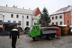 Čtvrteční přípravy na adventní trh v Českém Krumlově vrcholí, od pátku od 10 hodin si můžete zajít třeba na adventní punč.